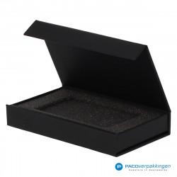 Magneetdoos Giftcard - Zwart Mat (Toscana) - Inlay foam - Zijaanzicht voor open