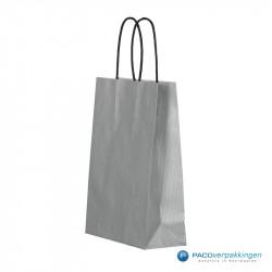 Papieren draagtassen - Zilver - Gedraaide handgreep - Zijaanzicht voor