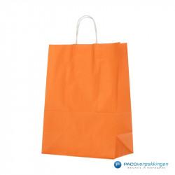 Papieren draagtassen - Oranje - Gedraaide handgreep - Zijaanzicht voor