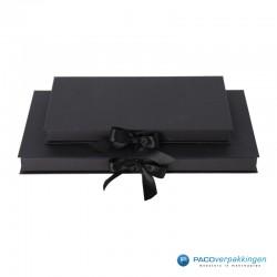 Geschenkdoos met lintsluiting - Zwart Mat - Premium - Vooraanzicht dicht 2 formaten op elkaar