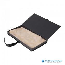 Geschenkdoos met lintsluiting - Zwart Mat - Premium - Zijaanzicht open met inhoud