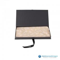 Geschenkdoos met lintsluiting - Zwart Mat - Premium - vooraanzicht open met inhoud