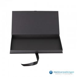 Geschenkdoos met lintsluiting - Zwart Mat - Premium - vooraanzicht open