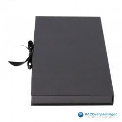 Geschenkdoos met lintsluiting - Zwart Mat - Premium - linkerzijkant dicht