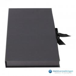 Geschenkdoos met lintsluiting - Zwart Mat - Premium - rechterkant dicht