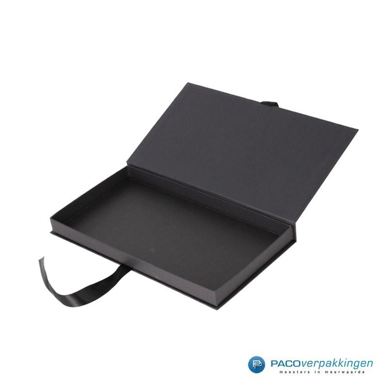 Geschenkdoos met lintsluiting - Zwart Mat - Premium - Zijaanzicht open zonder inhoud