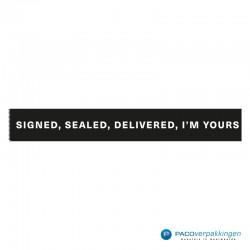 Verpakkingstape - Signed, Sealed, Delivered - Wit op zwart - Close-up