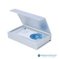 Magneetdoos Giftcard - Zilver Metallic - Premium - Inlay karton - Zijaanzicht Open